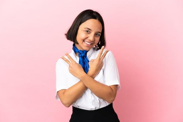 Hostess aereo su sfondo isolato sorridente e mostrando segno di vittoria