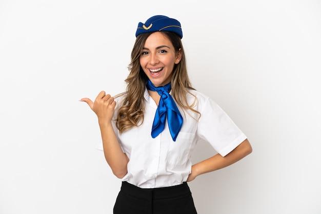 Hostess di aeroplano su sfondo bianco isolato rivolto verso il lato per presentare un prodotto