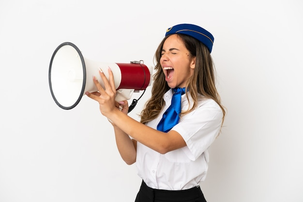 Hostess di aeroplano su sfondo bianco isolato che grida attraverso un megafono