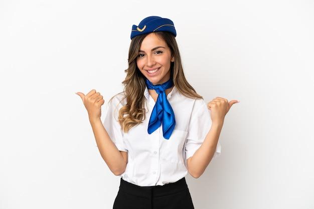 Hostess dell'aeroplano su sfondo bianco isolato con gesto di pollice in alto e sorridente
