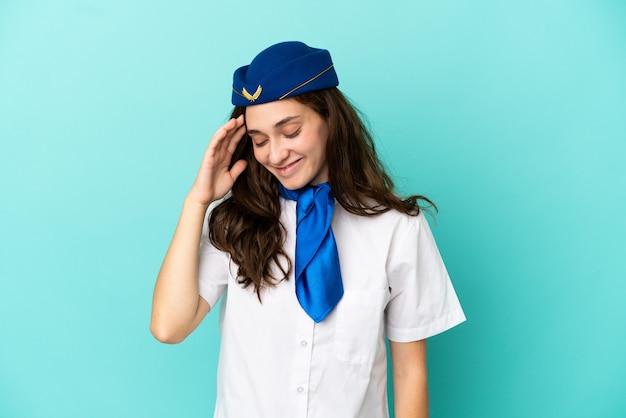 Donna hostess aereo isolata su sfondo blu ridendo