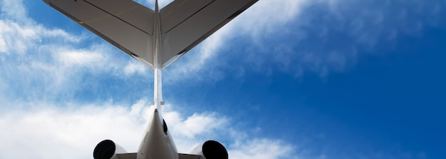 Un layout panoramico della coda dell'aeroplano con spazio per il testo