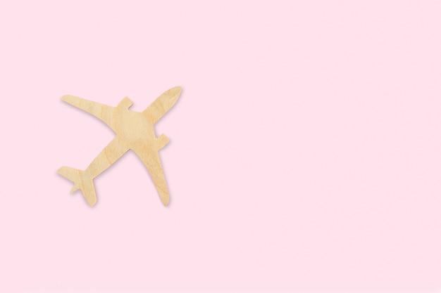 Aeroplano, jet in legno giocattolo, pianificazione delle vacanze, ricerca di voli, prenotazione di biglietti, assicurazione di viaggio, sogni, turismo, minimalista