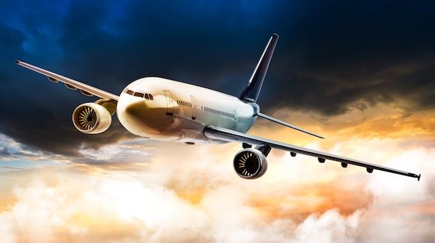Aereo per il trasporto che vola su una nuvola di tempesta di pioggia nell'ora del tramonto
