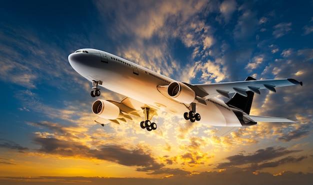 Aeroplano per il trasporto che vola sul cielo al tramonto