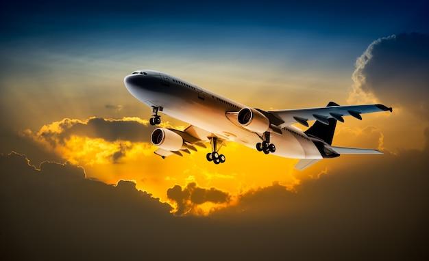 Aereo per il trasporto che vola nel cielo al tramonto
