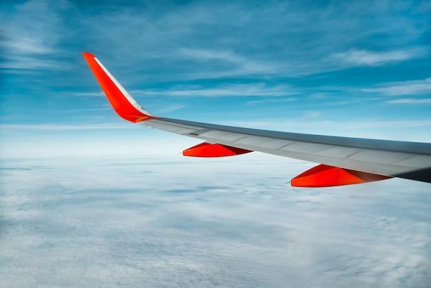 Ala di aeroplano nel cielo, guardando attraverso la finestra