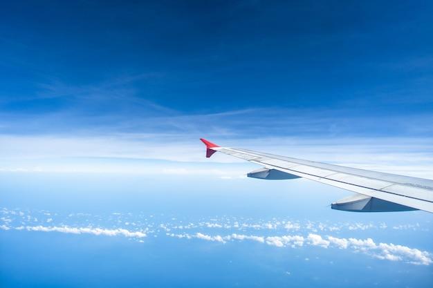 Ali di aeroplano contro minuscolo cielo di nuvole