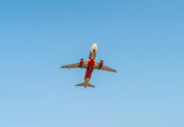Aeroplano con cielo blu