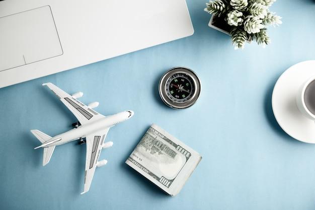 Aeroplano con bussola e tastiera con soldi