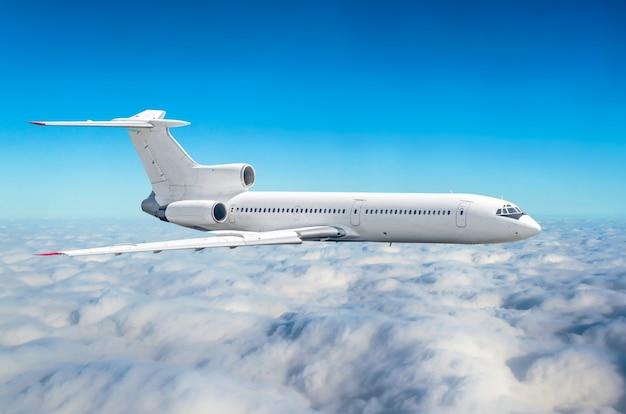 Aereo con tre motori in coda nel cielo sopra l'altezza del sole del viaggio di volo delle nuvole.