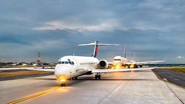 Aerei in fila per il decollo all'aeroporto di atlanta negli stati uniti