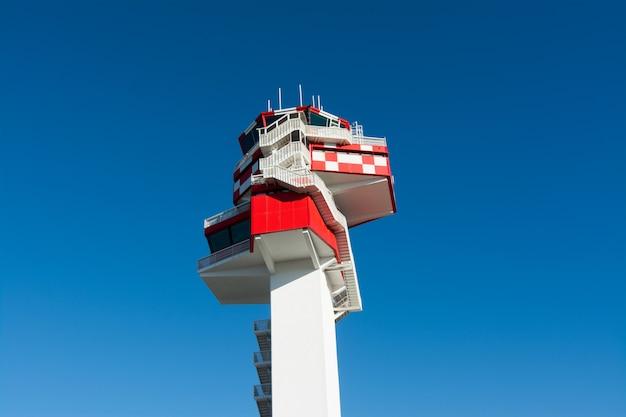 Aeroporto, torre di controllo del traffico aereo in bianco e rosso. roma, italia