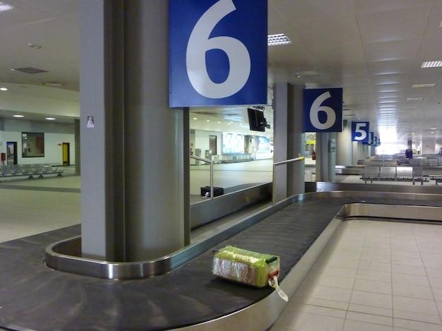Cintura babbage aeroportuale con bagagli in movimento