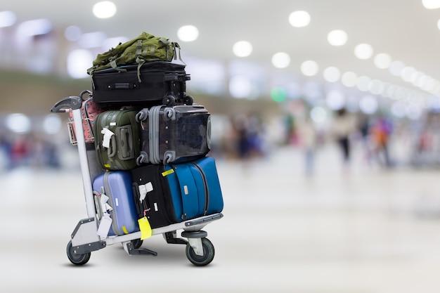 Carrello portabagagli per aeroporto con valigie