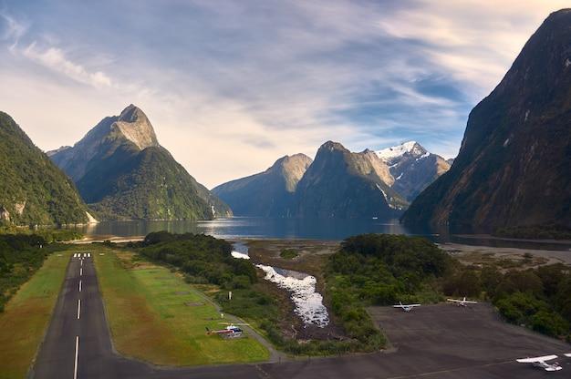 Aeroporto in fuga seduto accanto all'acqua su uno spettacolare fiordo