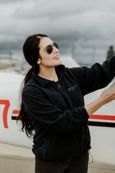 Airwoman facendo un controllo prevolo