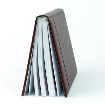 Libro in piedi socchiuso su sfondo bianco. il libro è una fonte di conoscenza