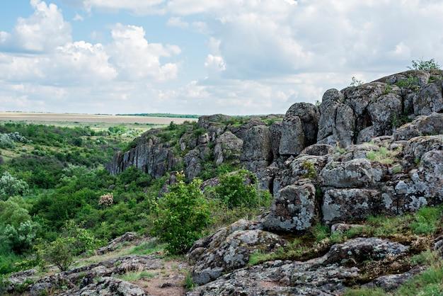 Aktovsky canyon in ucraina un luogo turistico cluster di pietre viste panoramiche di pendii verdi