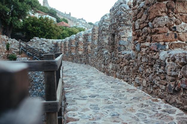 Le mura della fortezza medievale di alanya si estendono lungo il mar mediterraneo