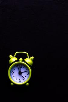Sveglia isolata su sfondo blu niagara. concetto di scadenza dell'avviso di tempo. lay piatto. tema di risoluzione del nuovo anno. tempo.