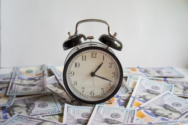 Sveglia sulle banconote in denaro dollarsconcept di pianificazione aziendale e finanza