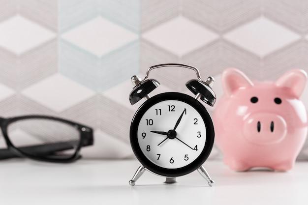 Sveglia e salvadanaio per risparmiare tempo