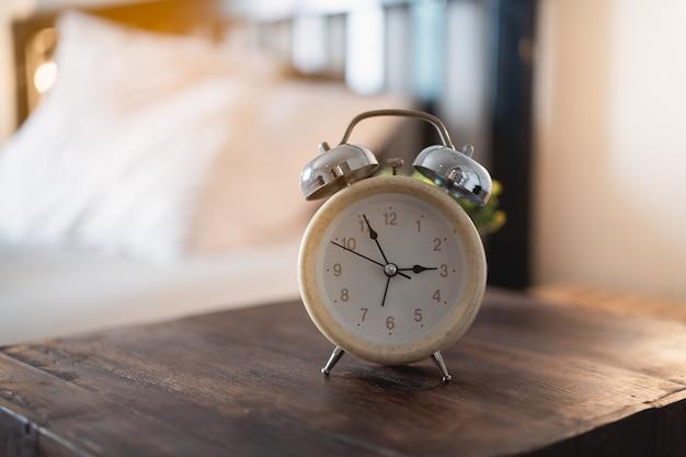 Sveglia sul tavolo in camera da letto a casa