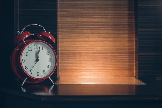 Sveglia sul comodino in legno con luce
