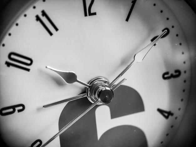 Sveglie puntatori close up macro shot scadenza e fretta concetto di routine quotidiana educazione sveglia...