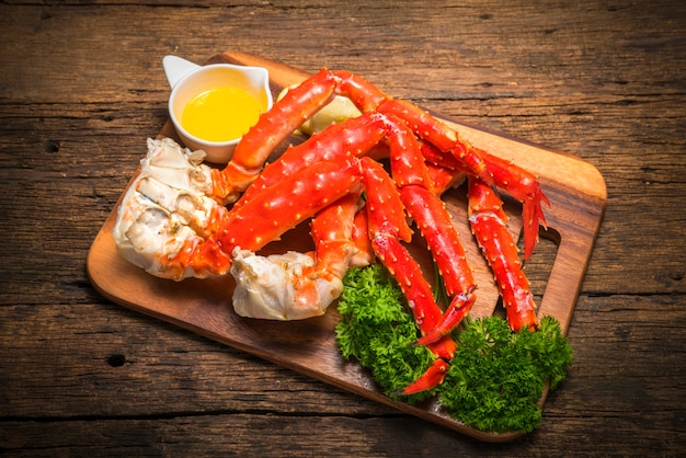 Alaskan king crab su vintage tavola di legno
