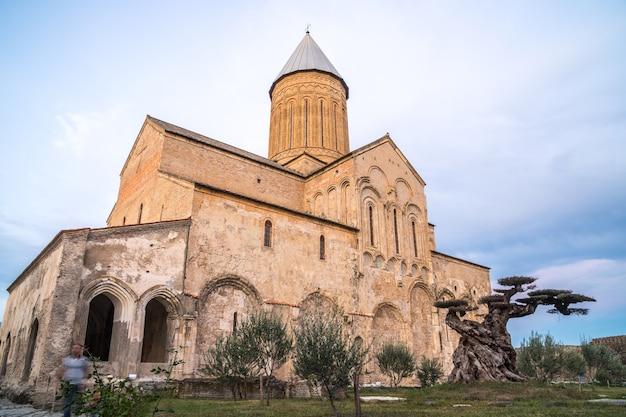 Il monastero di alaverdi è un monastero ortodosso orientale georgiano situato nella regione di kakheti nella georgia orientale.