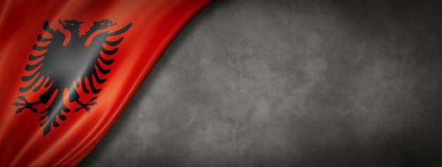 Bandiera dell'albania sul muro di cemento. banner panoramico orizzontale. illustrazione 3d