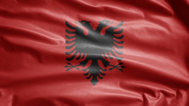 Bandiera albanese che ondeggia nel vento