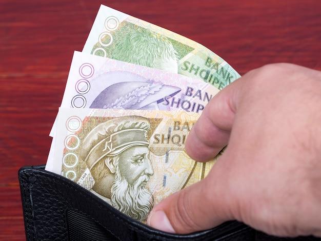 Lek di denaro albanese nel portafoglio nero