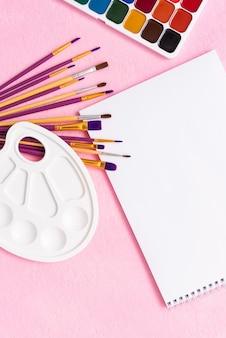 Album e colori per la creatività dei bambini.