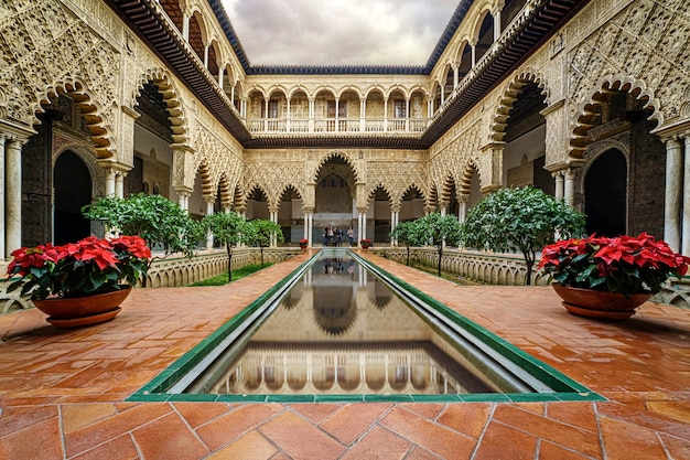 Alcazar di siviglia, un'attrazione turistica del patrimonio mondiale. palazzi e giardini in un ambiente idilliaco di spettacolare bellezza. andalusia.