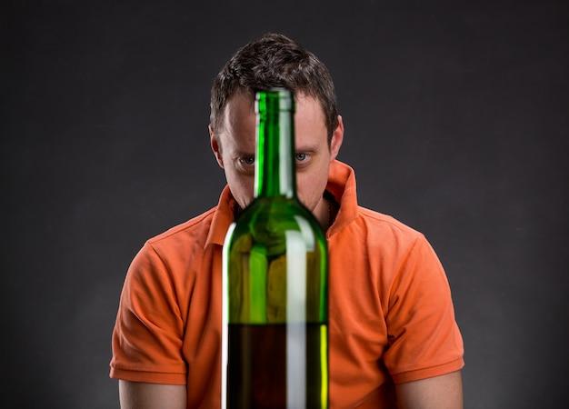 L'alcolista guarda la bottiglia