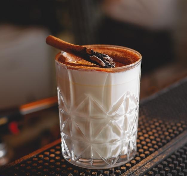 Alcool bar, bicchiere da cocktail sul bancone bar