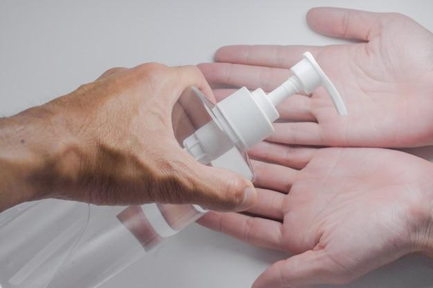 La pulizia delle mani con gel alcolico protegge il coronavirus covid19