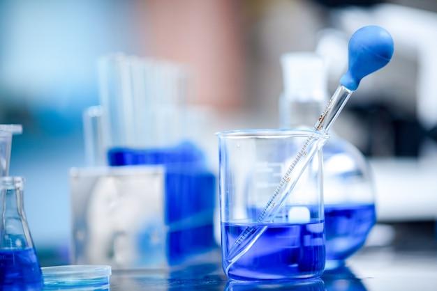 Gel per mani alcolico per anti-covid-19, ricerca per la produzione di antisettici nei laboratori chimici.