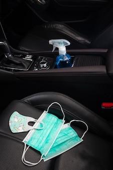 Gel per le mani alcolico e maschera per il viso per adulti e piccola maschera per il bambino posto in auto, concetto covid19