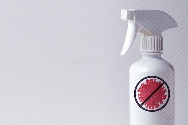 Igienizzante alcolico in flacone spray bianco