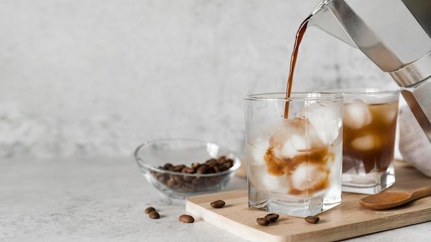 Cocktail di bevanda alcolica con caffè