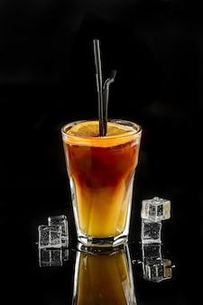 Cocktail alcolico sul nero