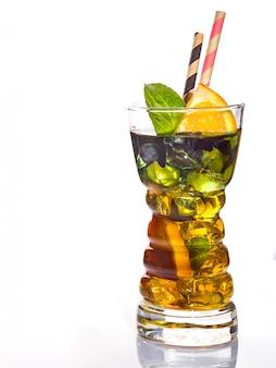 Cocktail alcolico del padrino con arancia e ghiaccio, isolato su sfondo bianco