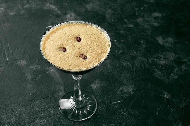 Cocktail alcolico con caffè e liquore in un bicchiere con ghiaccio. caffé irlandese
