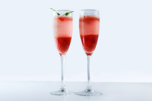 Cocktail alcolico con spumante e fragola