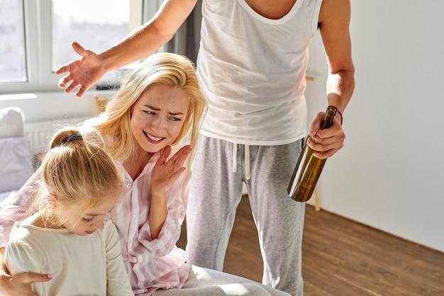 Il marito alcolizzato rimprovera sua moglie e sua figlia, l'isteria a casa