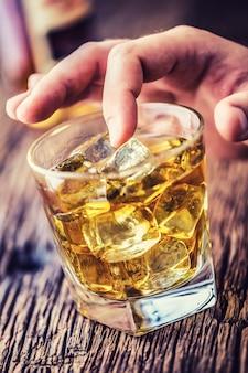 Alcolismo. mano alcolica e bere il distillato di whisky brandy o cognac.